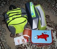 Рюкзак, чемоданчик, папка, дверной стопор, мяч для регби.